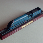 Atlas Editions 3904008 Class A4 4-6-2 'Mallard' 4468 in LNER Blue - Static Model on Plinth